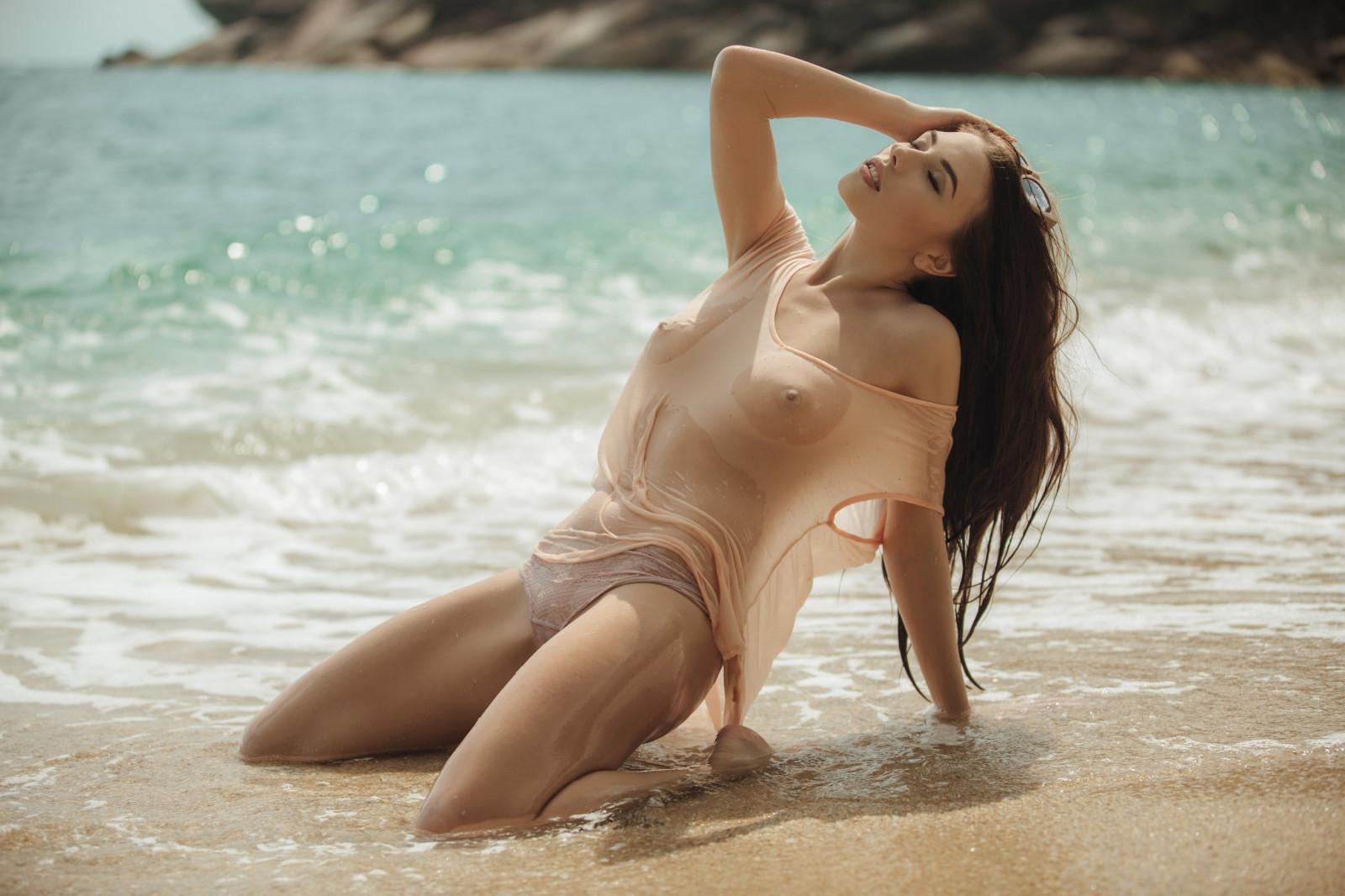шикарная грудь в мокрой маечке позирует на пляже видео дешевых элитных