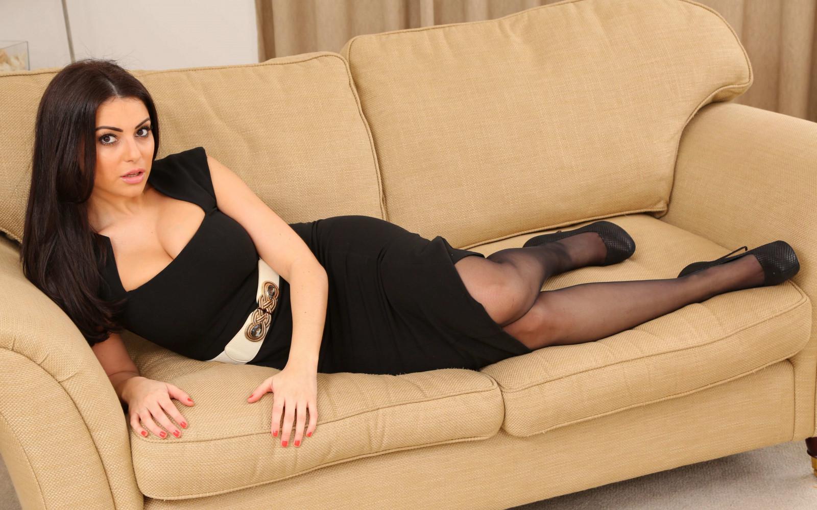 женщины на диване в чулках - 7