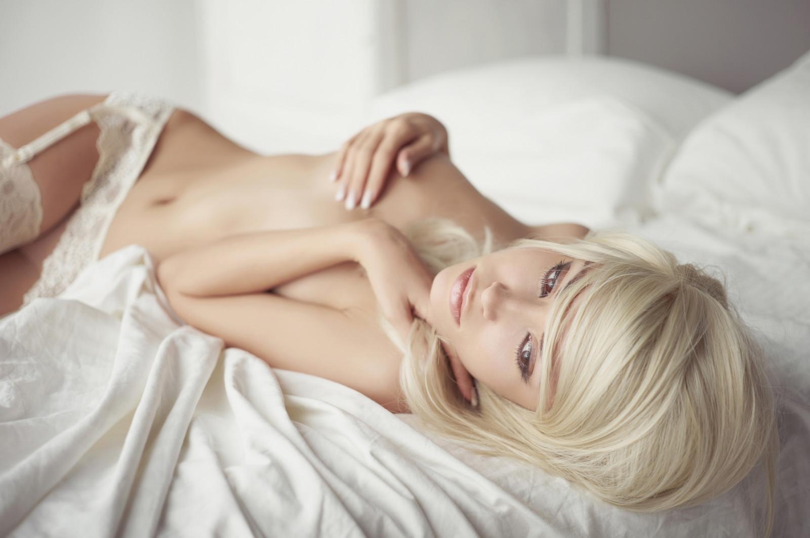 с блондинкой в постели жанр