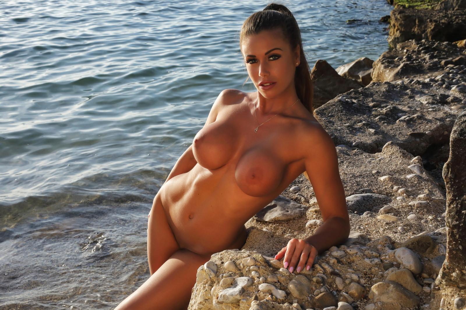 Фото красивых девушек на пляже без купальников — pic 15