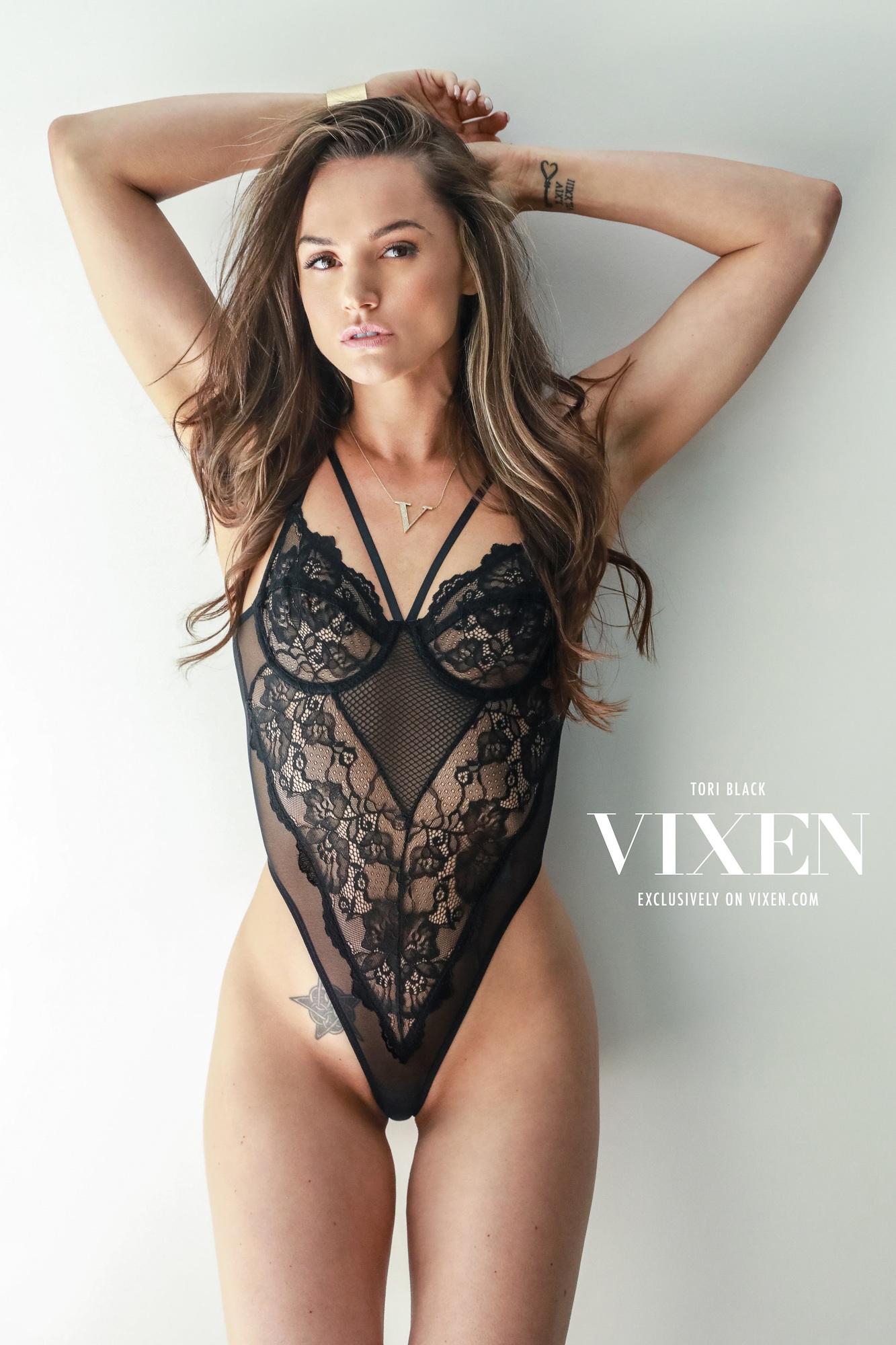 Wallpaper  Adult Model, Brunette, Cleavage, Clothed, Hot -8685