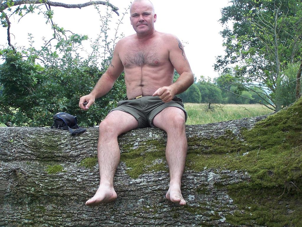 Baggrunde : barfodet, ben, sidder, shorts, tatovering, mudder ...