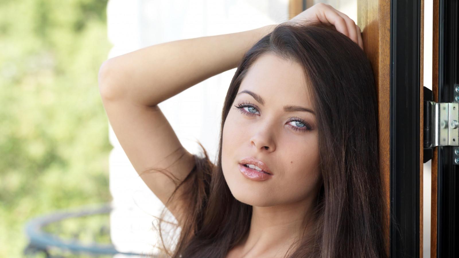 Wallpaper : face, women, model, blue eyes, brunette, hands