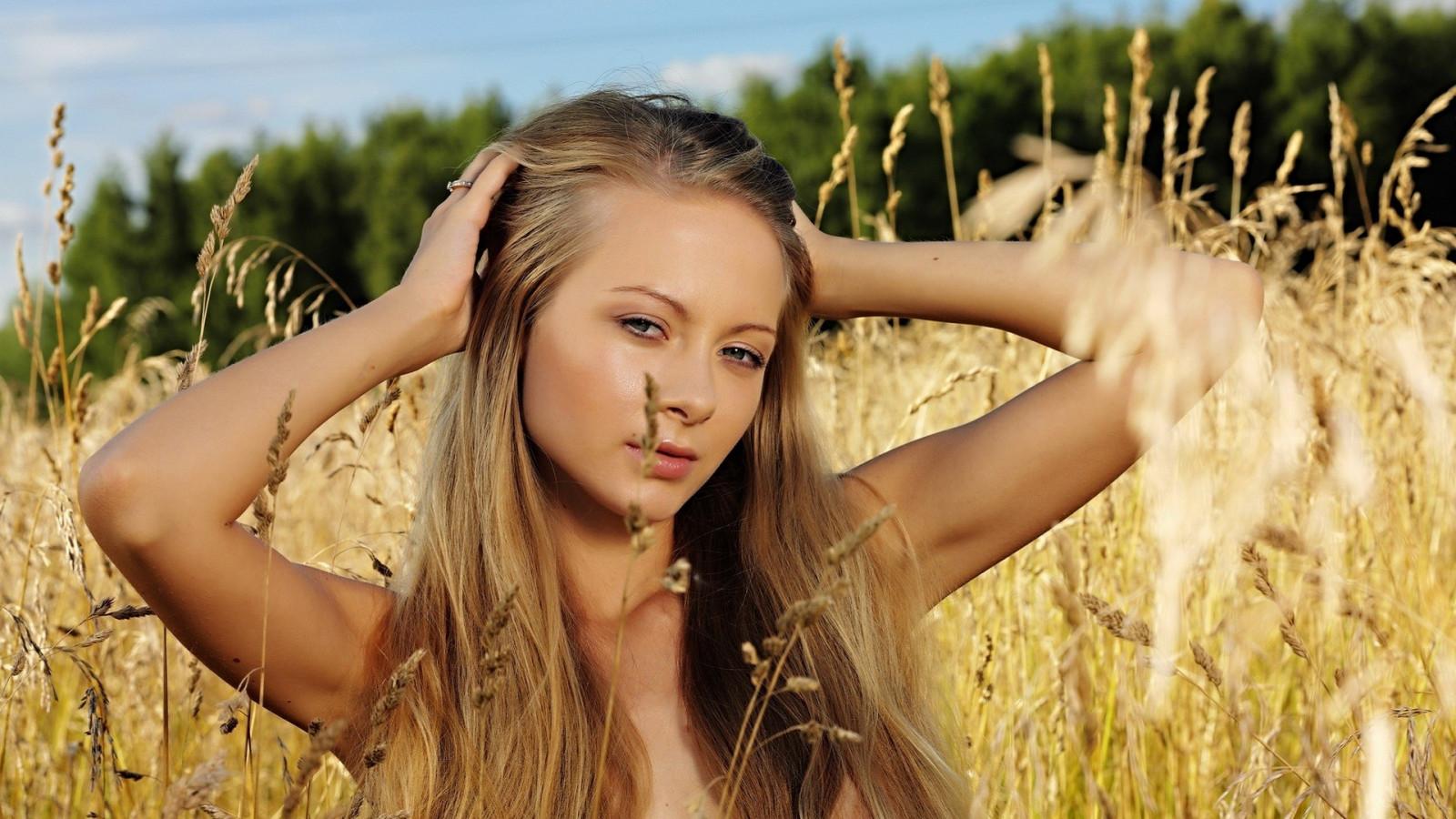 фото голая молодая девушки про попу