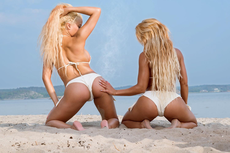 Блондинка на пляже в стрингах фото