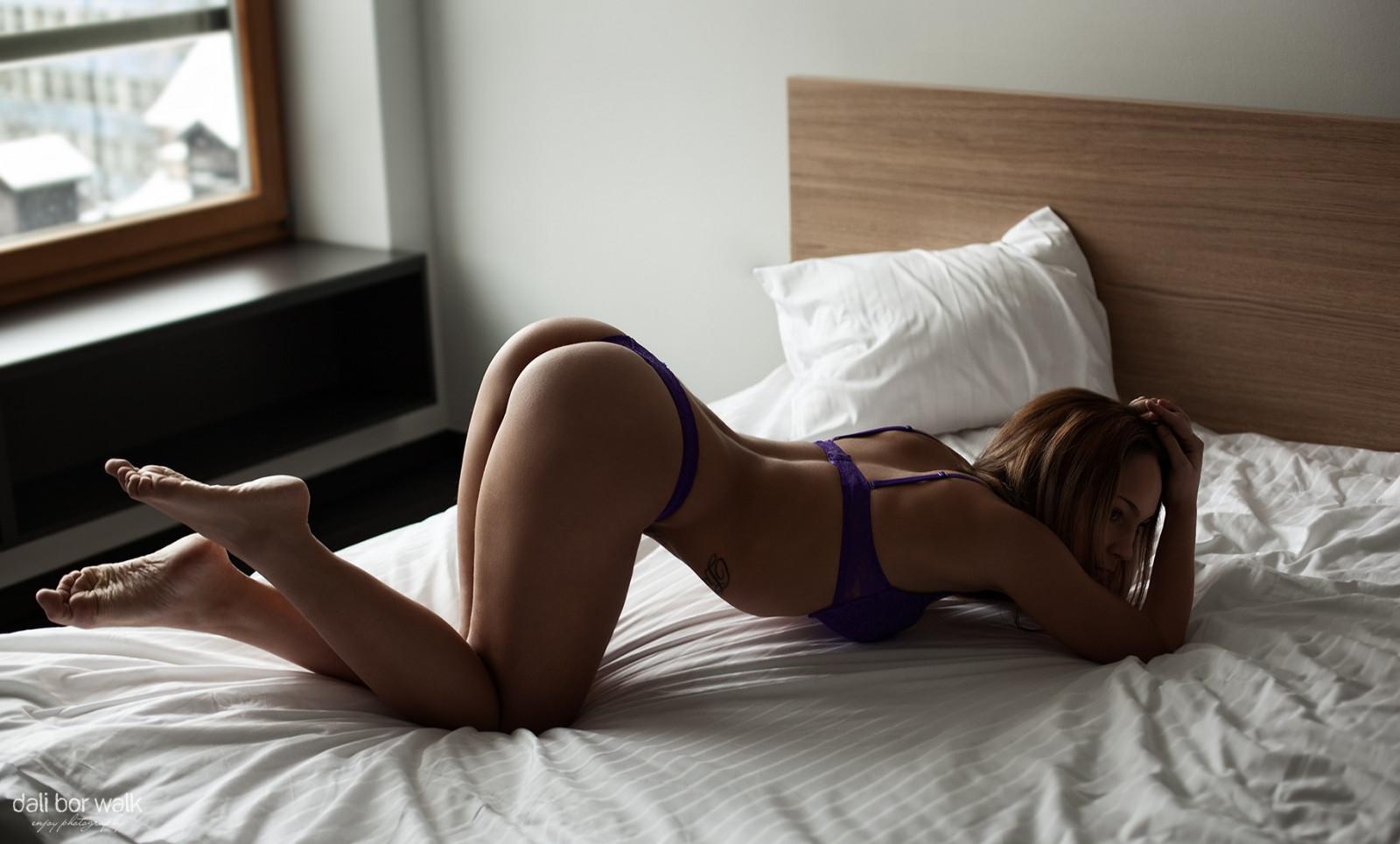 Юная красавица раздевается на первой фотосессии порно фото