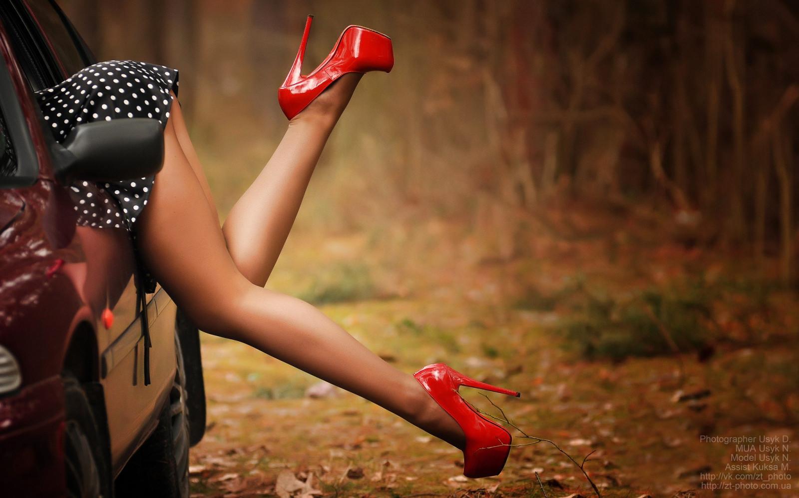 Женские ножки в красных туфлях