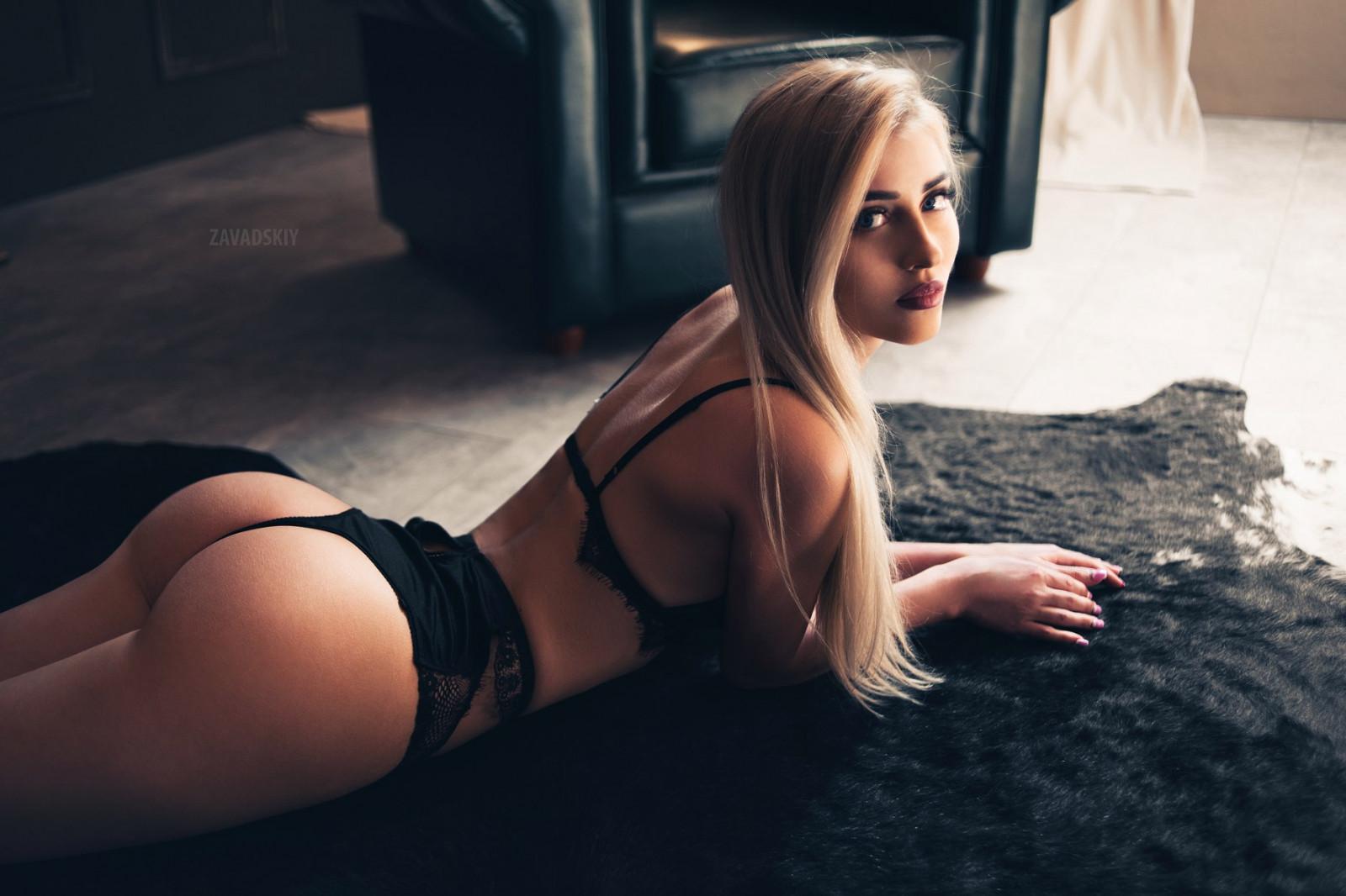 блондинка с очень красивой попкой очень яркий запоминающийся