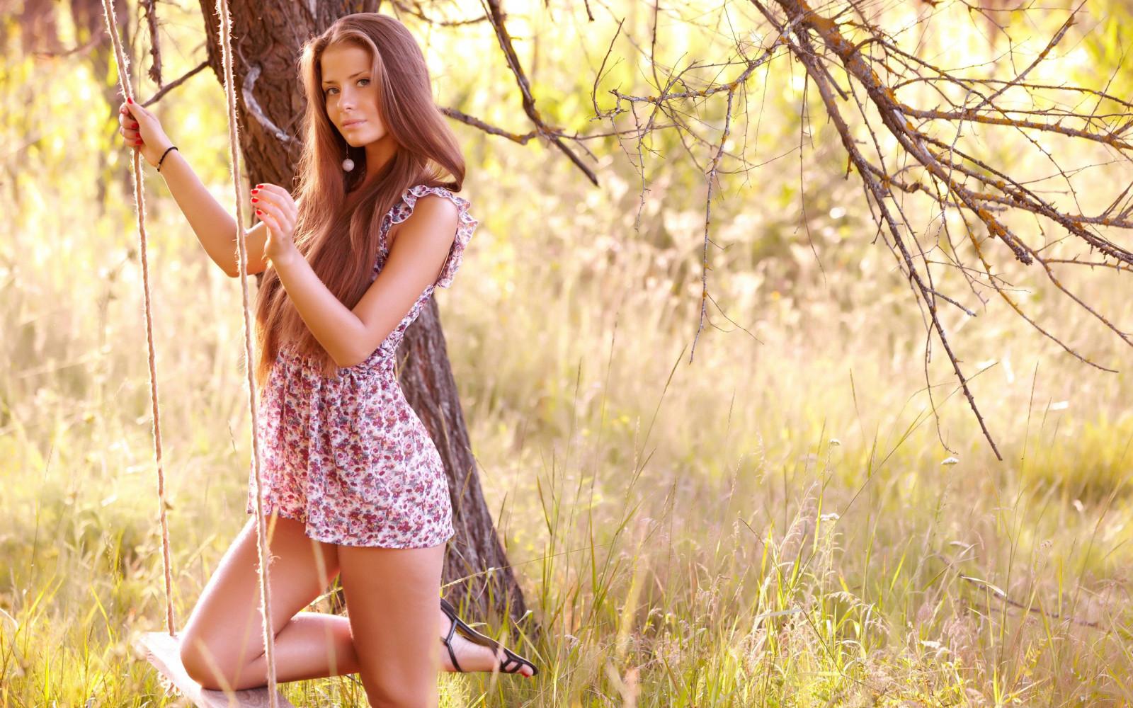слънчева светлина дървета гора жени на открито Дами модел брюнетка трева на открито боядисани нокти фотография рокля люлка пролет есен цвете момиче красота сезон снимка ливада портретна фотография фотосесия