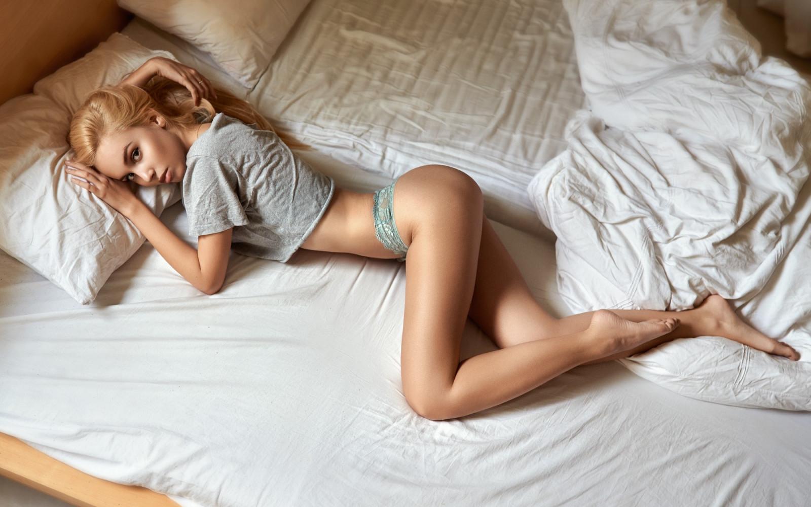 Картинки голых девушек блондинок на кровати