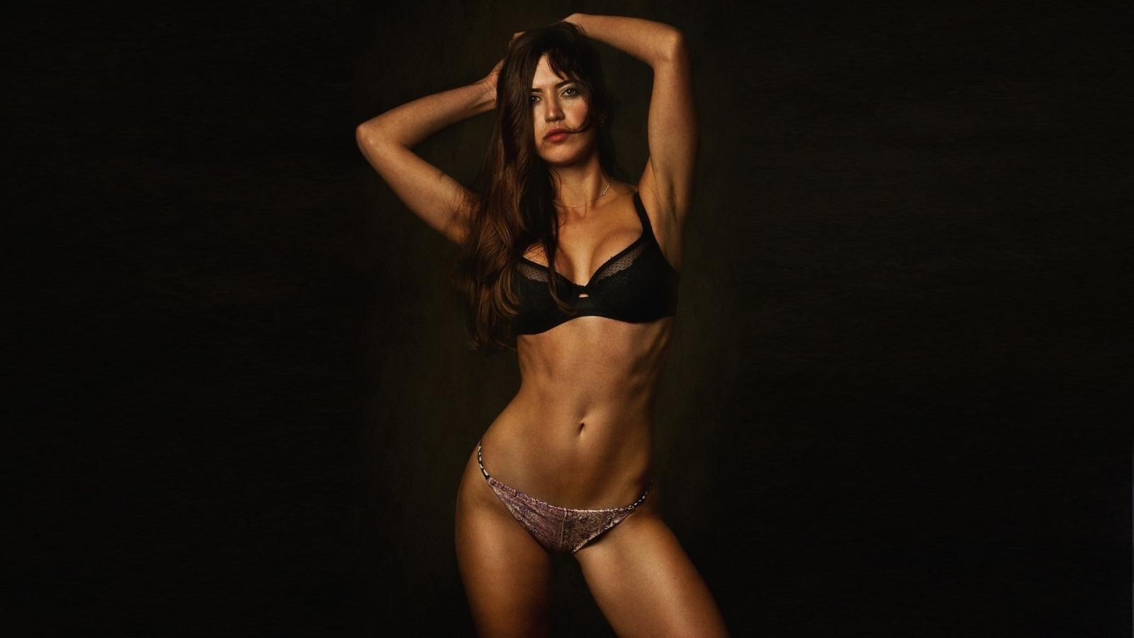 женщины стриптиз модель с идеальным телом такой обстановке