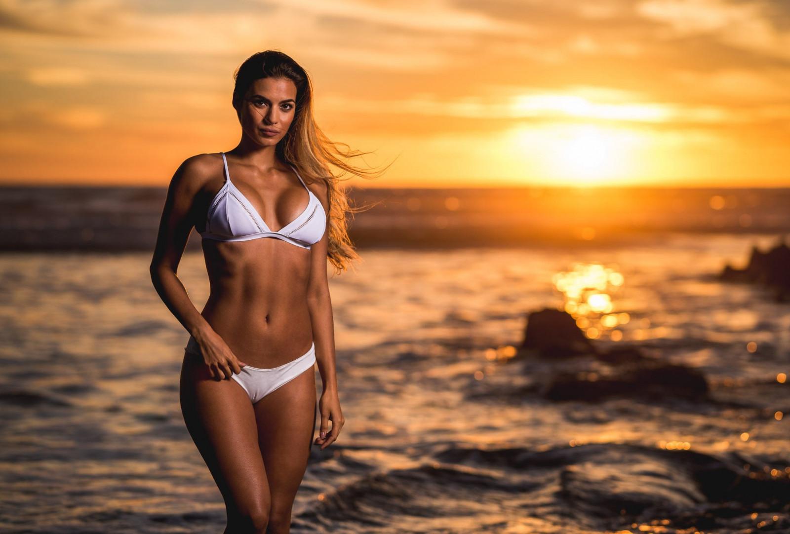 Смотреть фото женщины в купальниках на море, Девушки в прозрачных купальниках на пляже 6 фотография