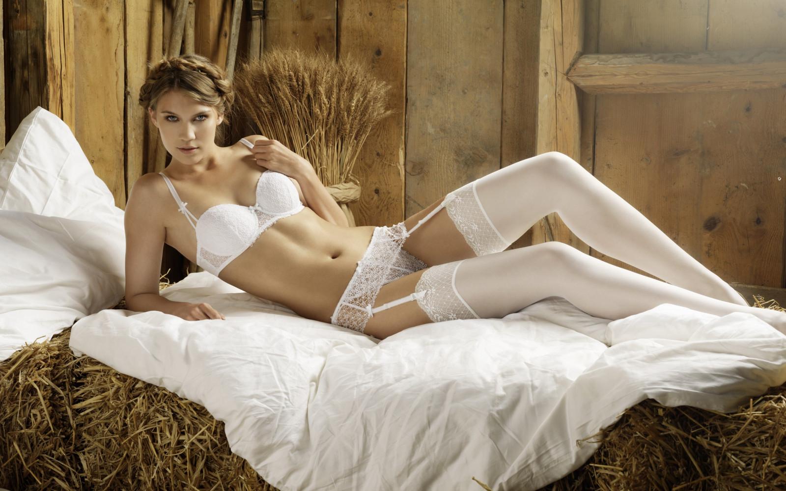 Лежащие девушки в свадебном нижнем белье — img 7