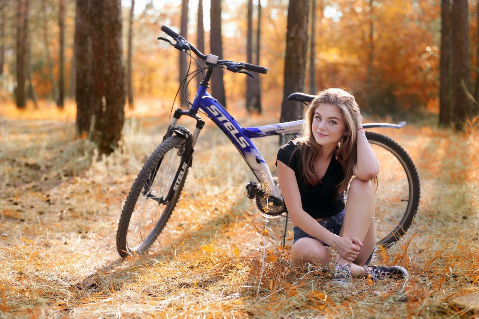 девушки сидя на велосипеде блондинка вышла