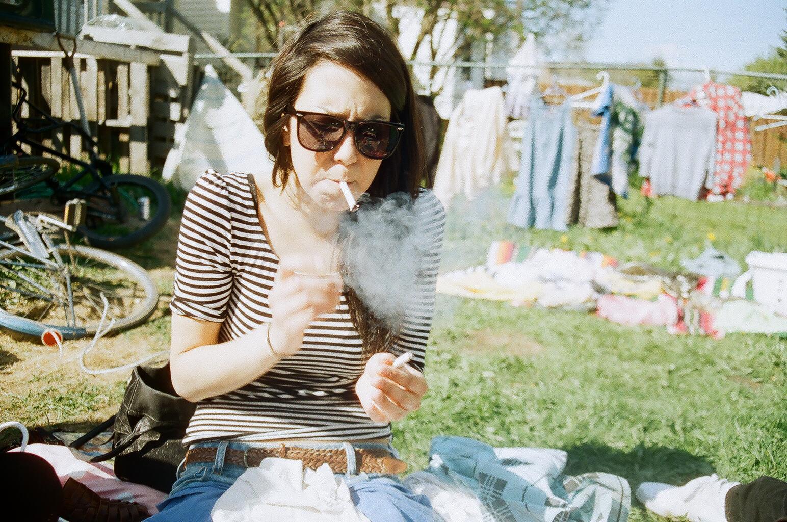 roztomilá dívka kouří