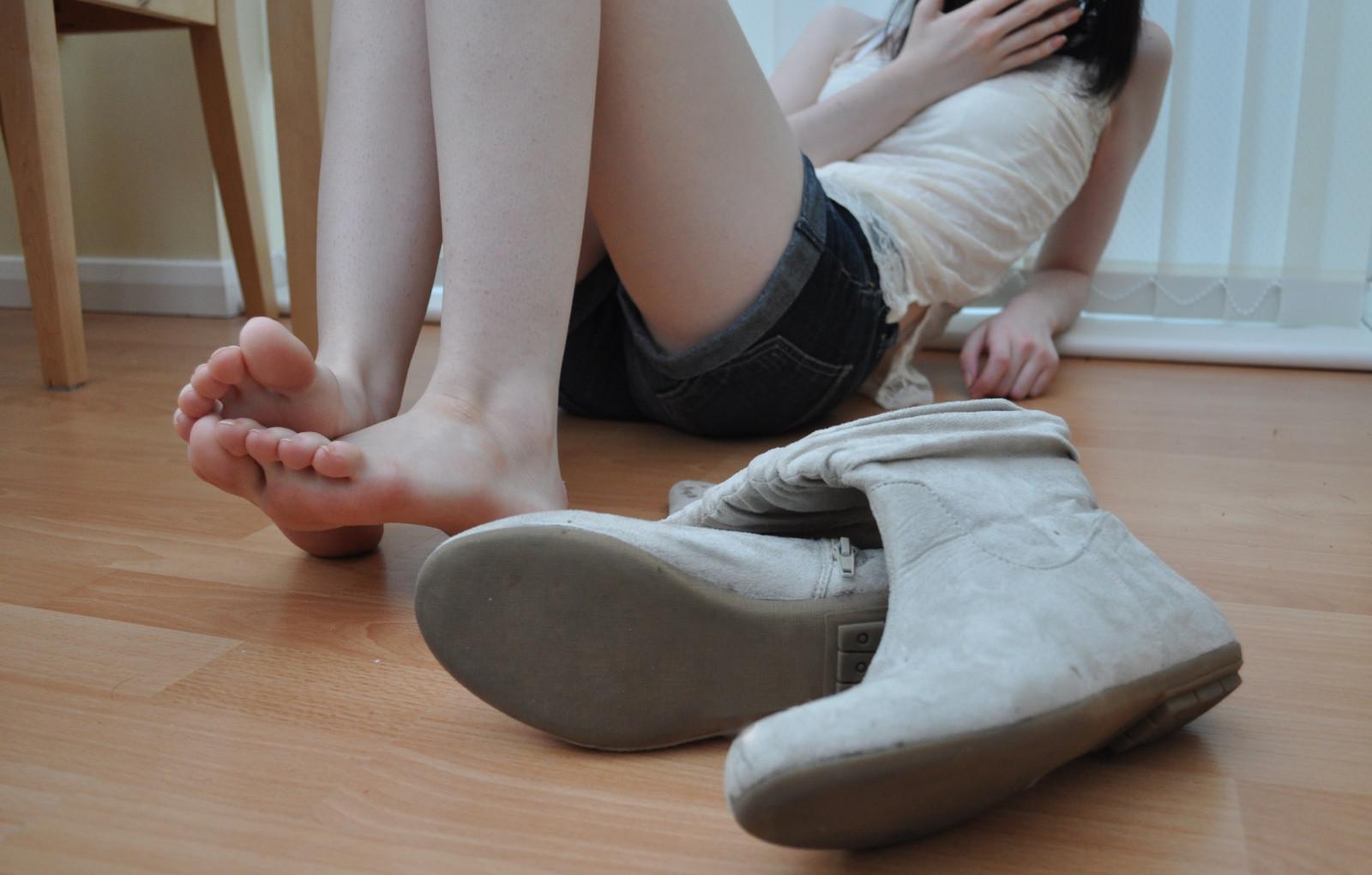 Wallpaper  White, Model, Hands, Barefoot, Legs, Asian, Sitting, Socks, Pattern, Feet -1988