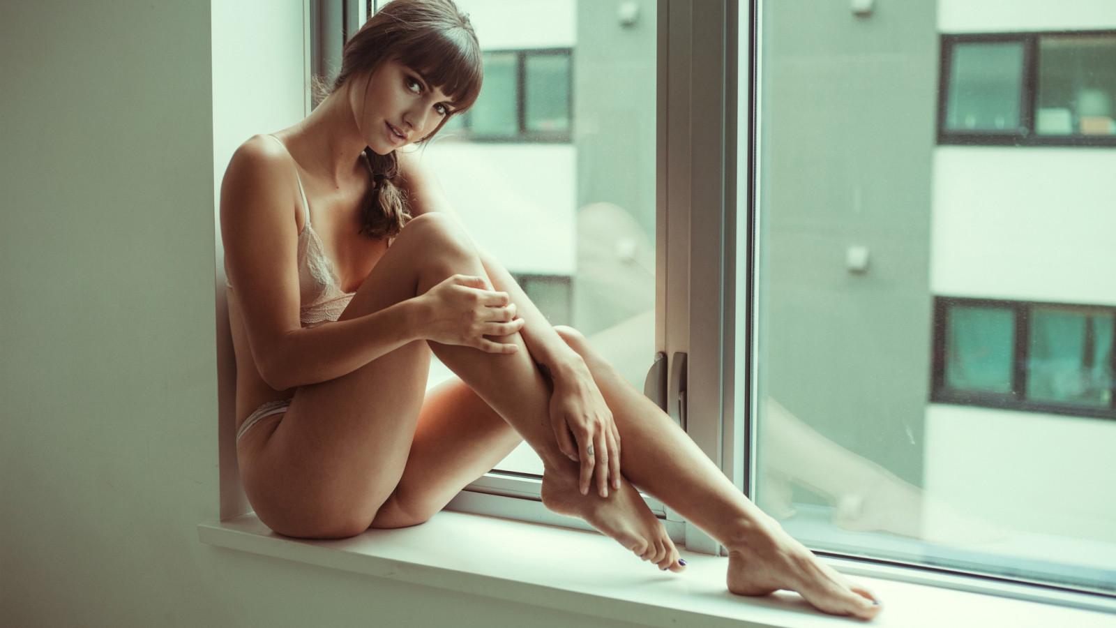 очень красивая девушка показывает свое тело утро