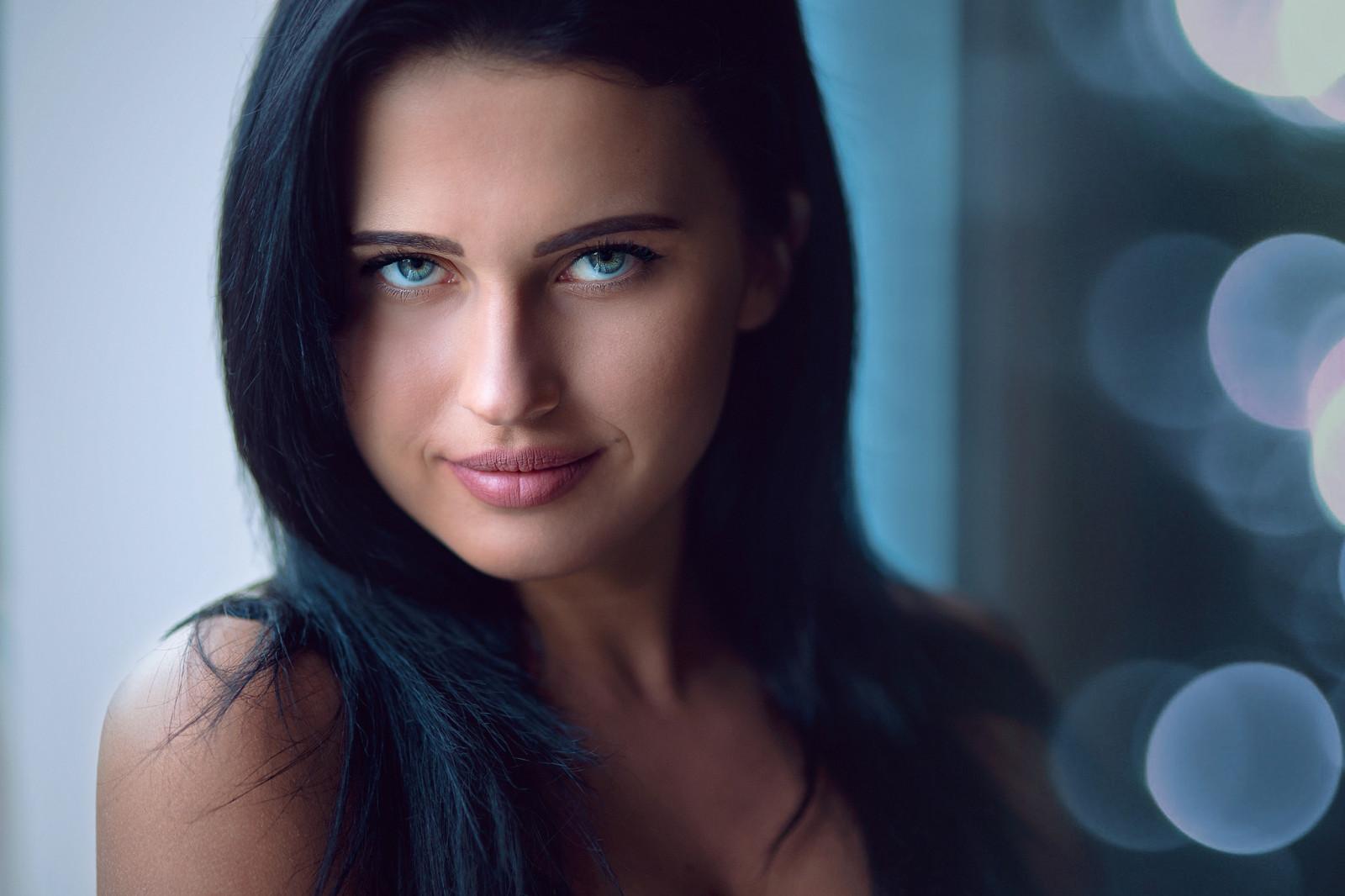 Темноволосая голубоглазая девушка с красивой улыбкой 10
