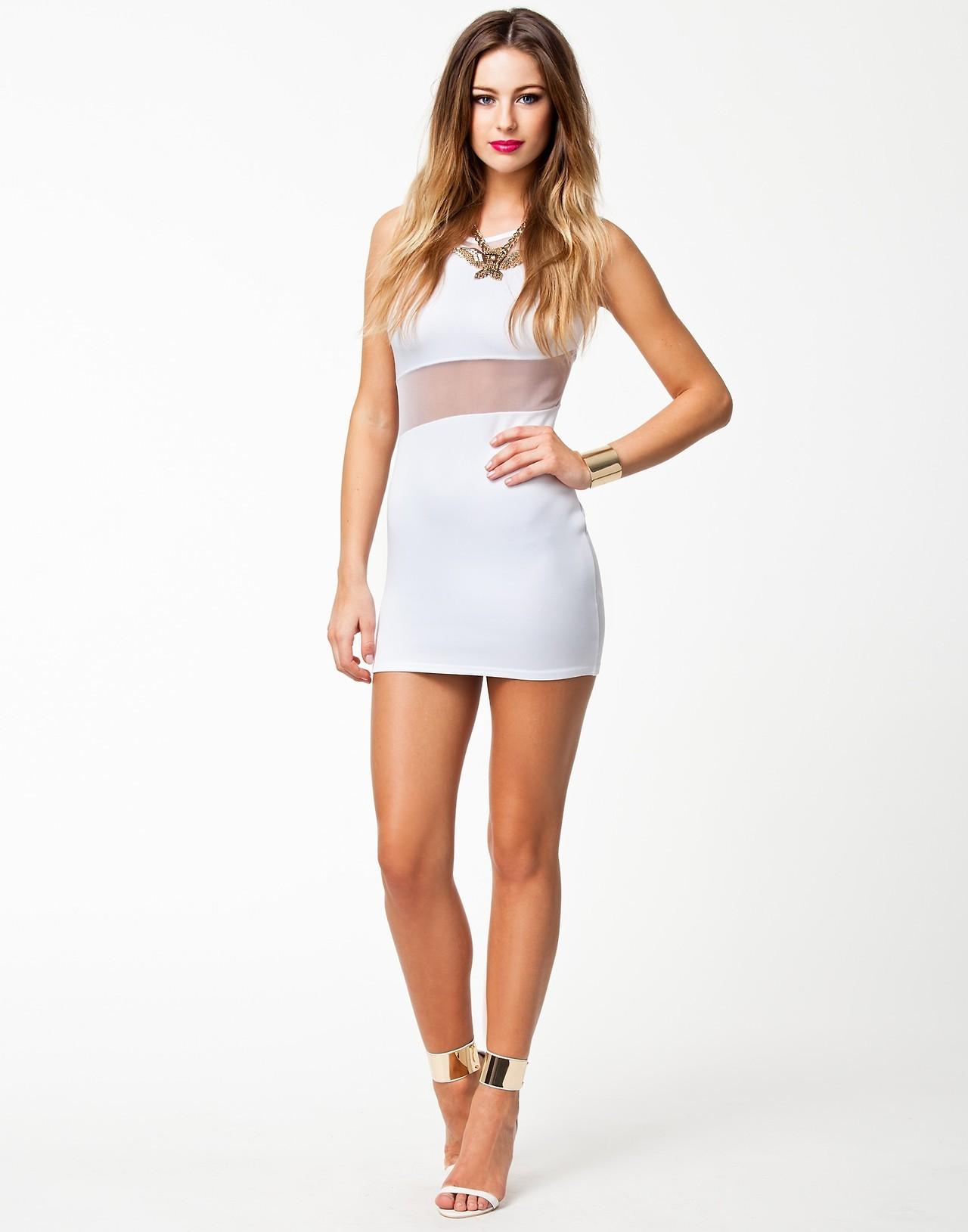 Modelo vestido de blanco