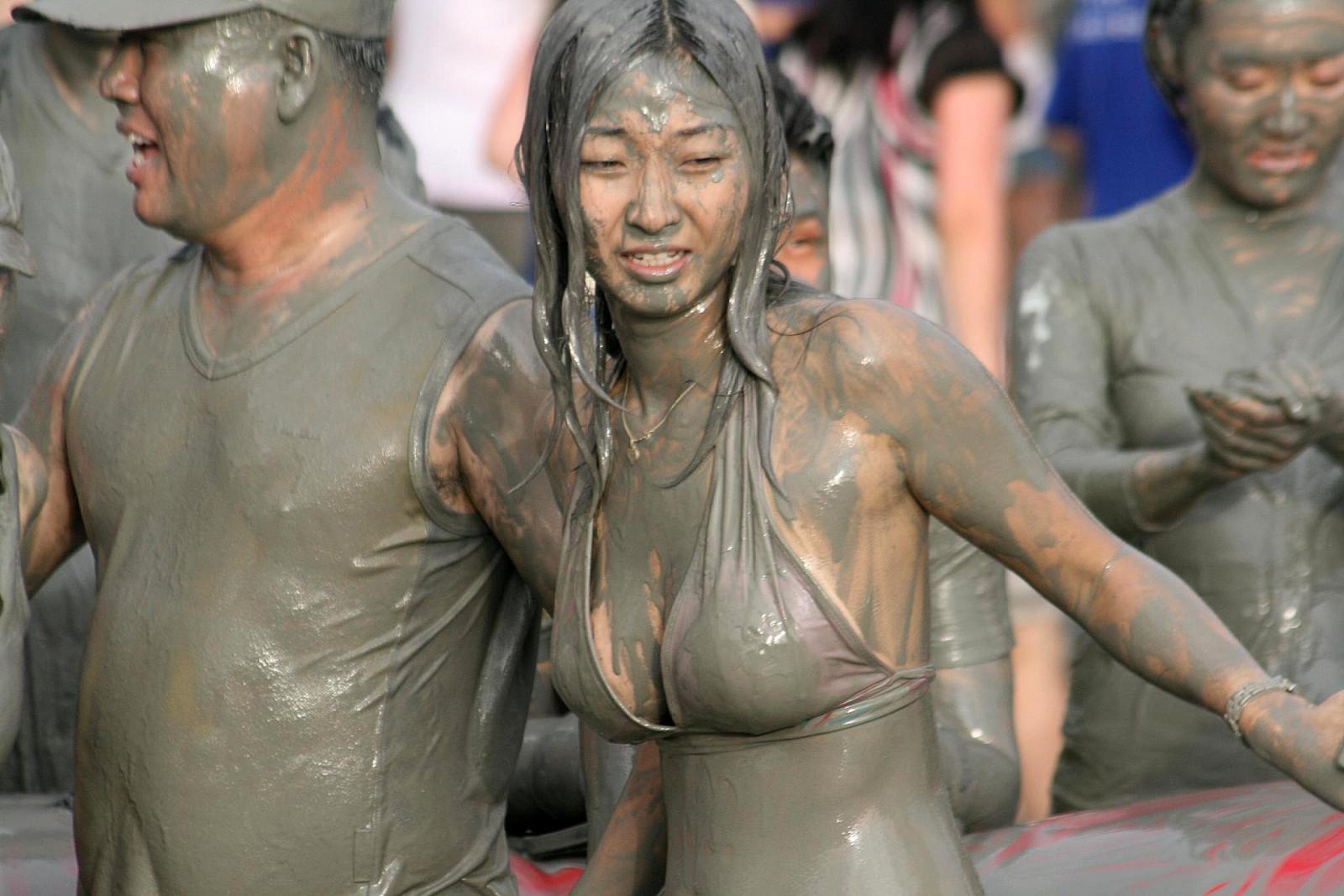 Фото борьбы девушек в грязи