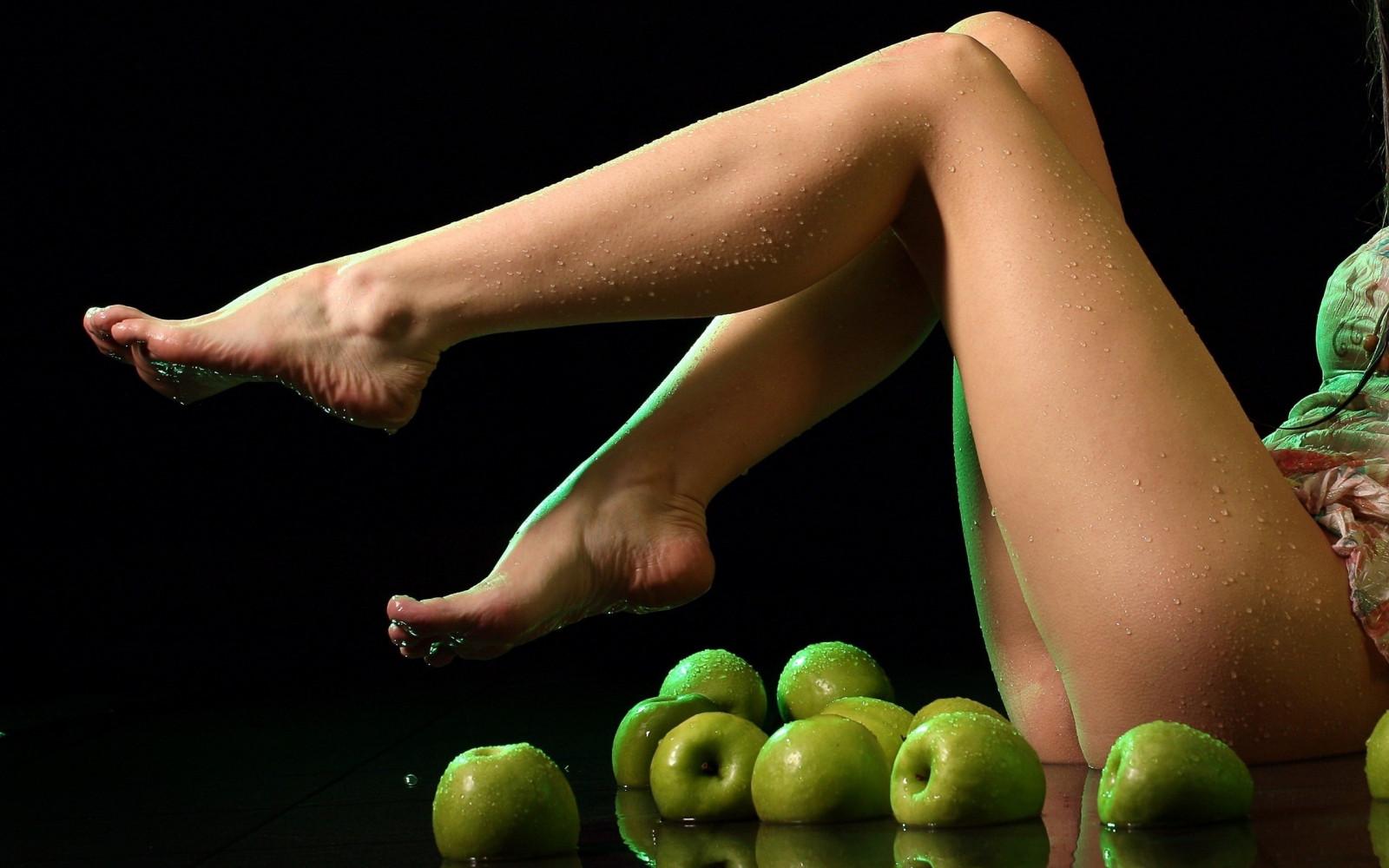 Женская попа яблочком, засунуть пальцы в член