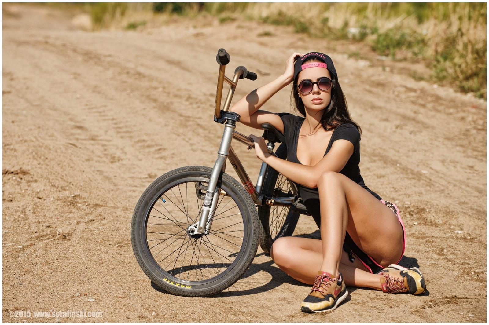 Mulheres ao ar livre mulheres Mulheres com óculos bicicleta sentado veículo Bonés de beisebol tênis Mulheres com bicicletas ciclismo equipamentos esportivos Veículo terrestre Ciclismo de estrada bicicleta de montanha Esporte de ciclo Mountain bike