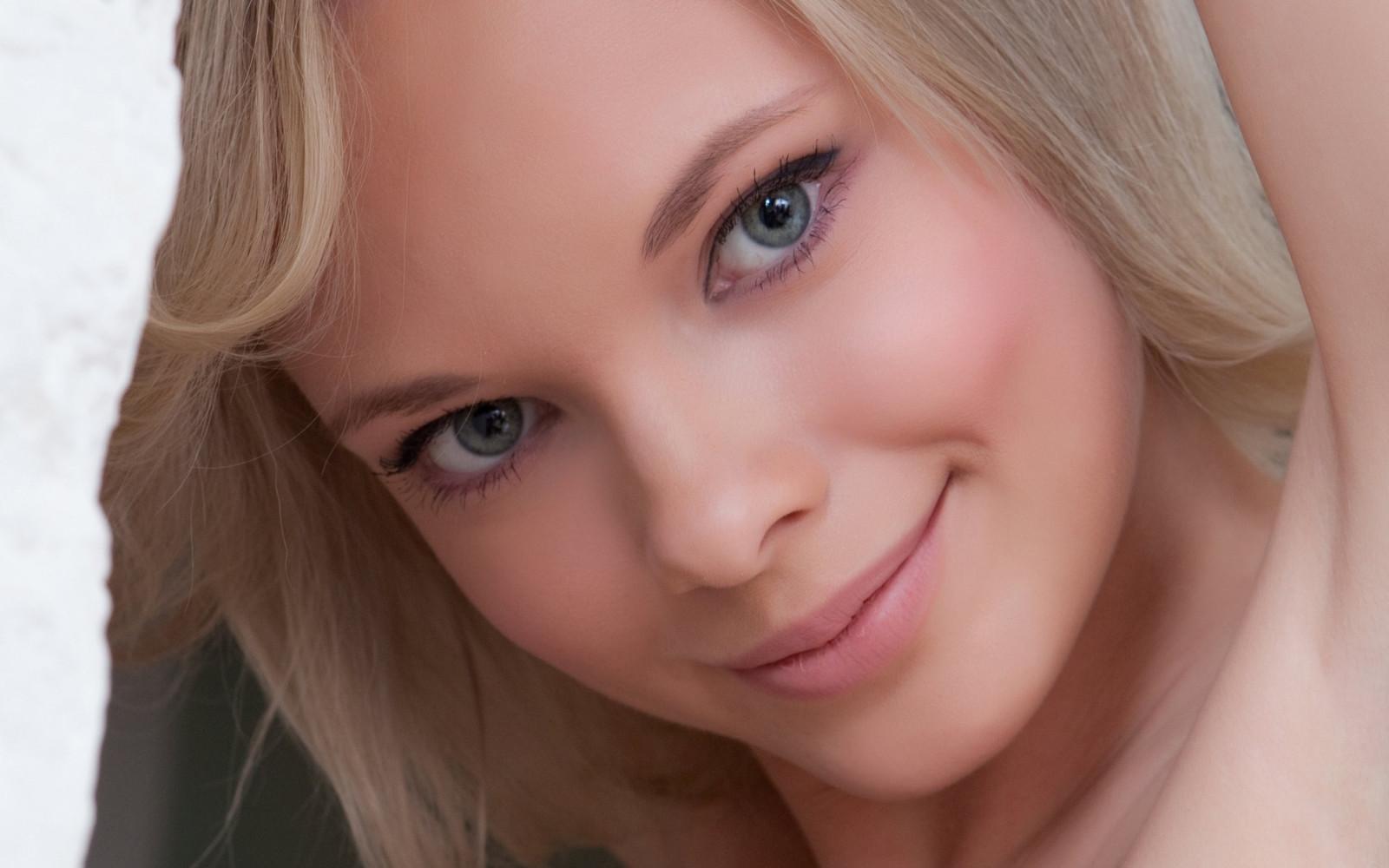 Реальное видео молодая блондинка играет групповое порно видео