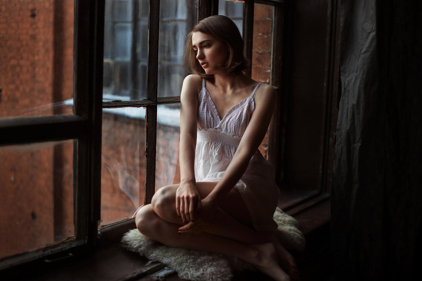 фото девушек возле окна некоторое время