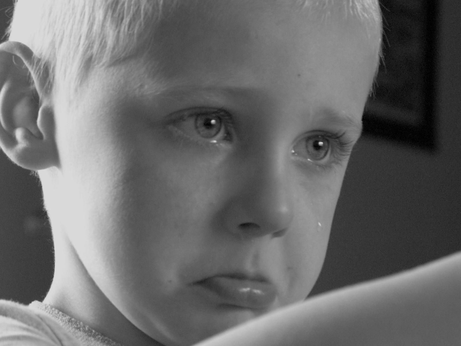 fond d 39 cran gar on noir et blanc monochrome la photographie enfant triste pleurs. Black Bedroom Furniture Sets. Home Design Ideas