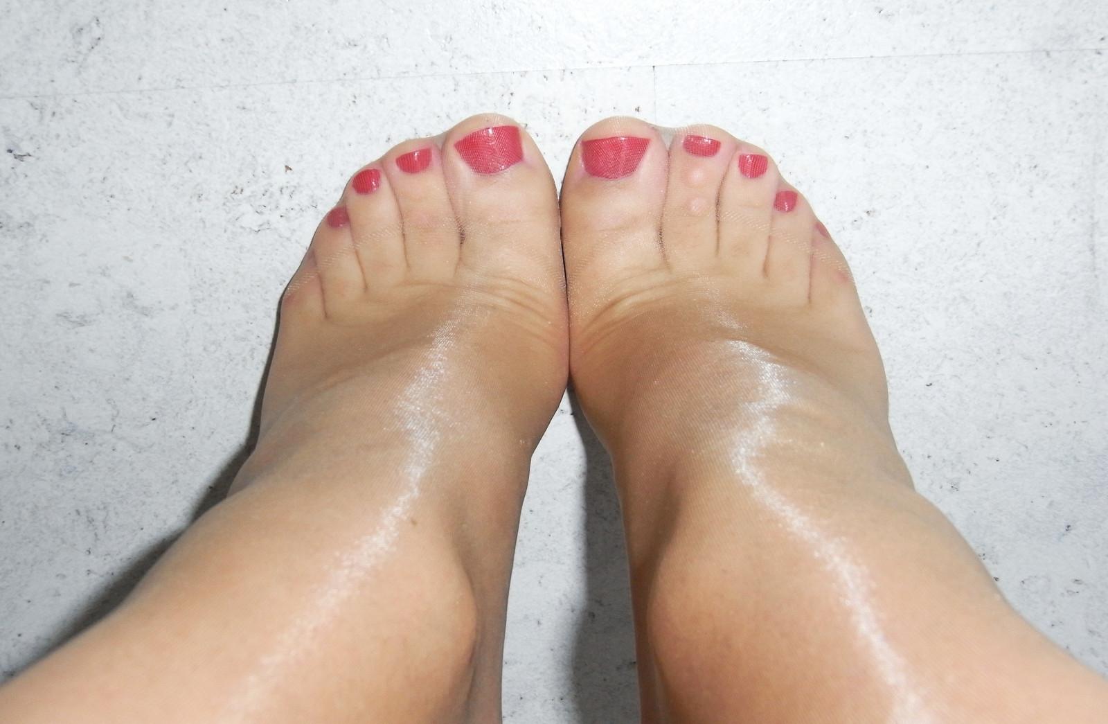 Пальчики на ногах в чулках видео двое ебут
