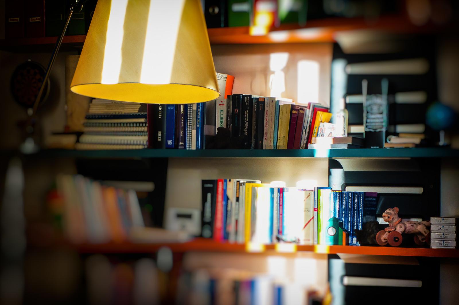 Sfondi Luce Del Sole Tavolo Lampada Sony Mensola Bokeh Sfocato Libro Zeiss Suola Mobilia Libreria Oggetti Gastone Gastonemappini Mappini Istituzione Sfuocato Sonydscrx100mii Dscrx100m2 Scaffalature Raggio Dscrx100mii