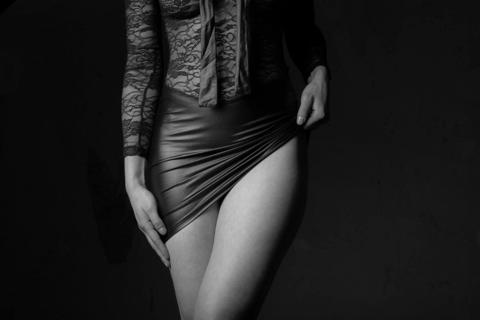 Черно белая фотография женских прелестей лены тетка