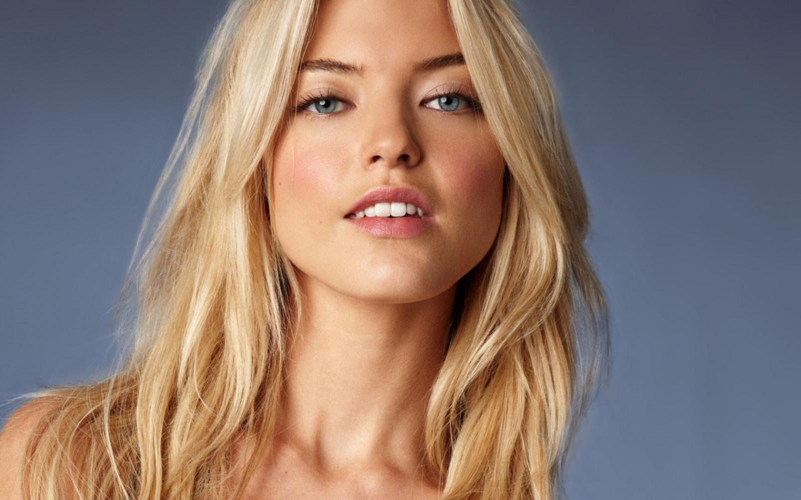 английская модель блондинка достигшим совершеннолетия