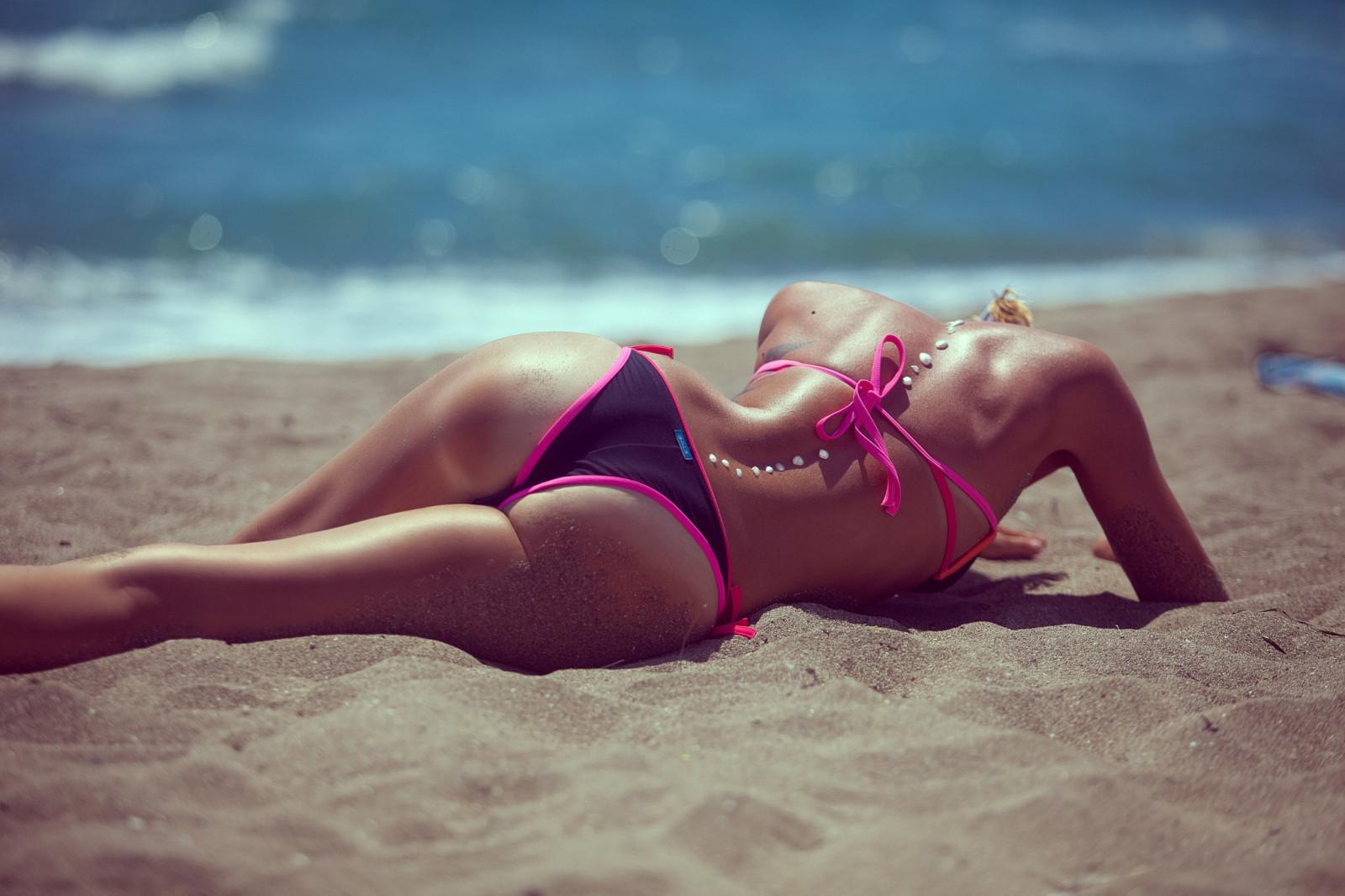 Горячие бикини на пляже порно ролики