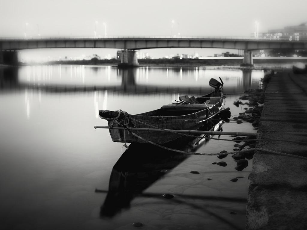 массивами черно-белая картинка города на реке августе