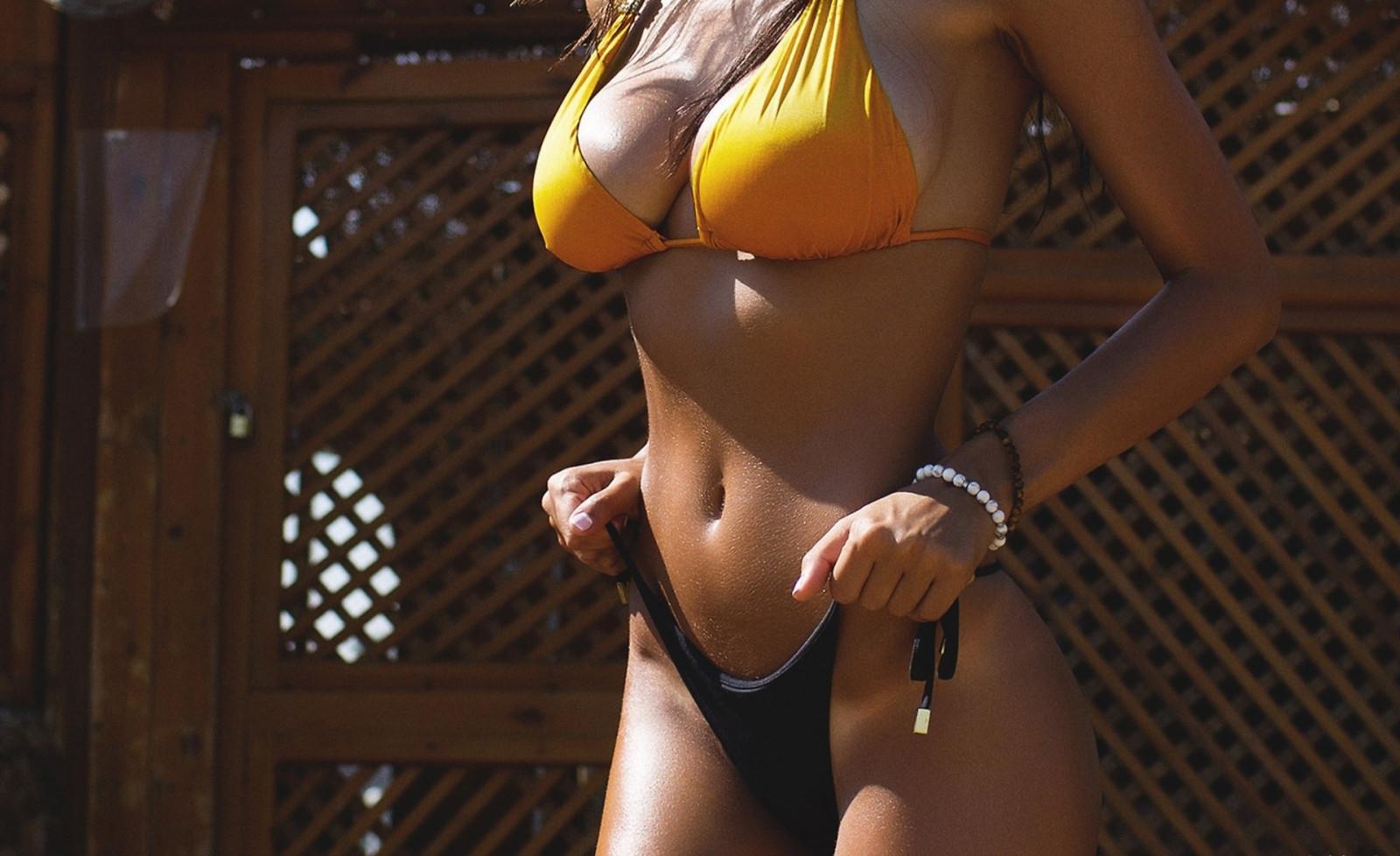 Стройная с большими грудями