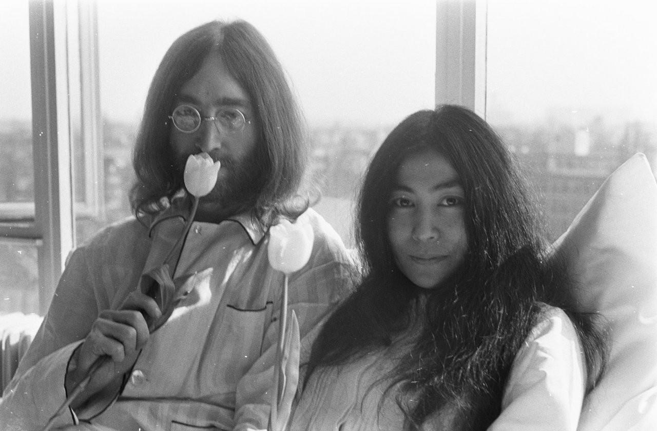 Fiori Yoko Ono.Sfondi Uomini Persone Bianca Donne Monocromo Finestra