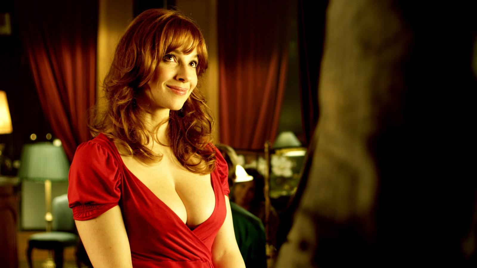 устроила фильм где девушка в красном платье в бильярде снимает побольше-бы