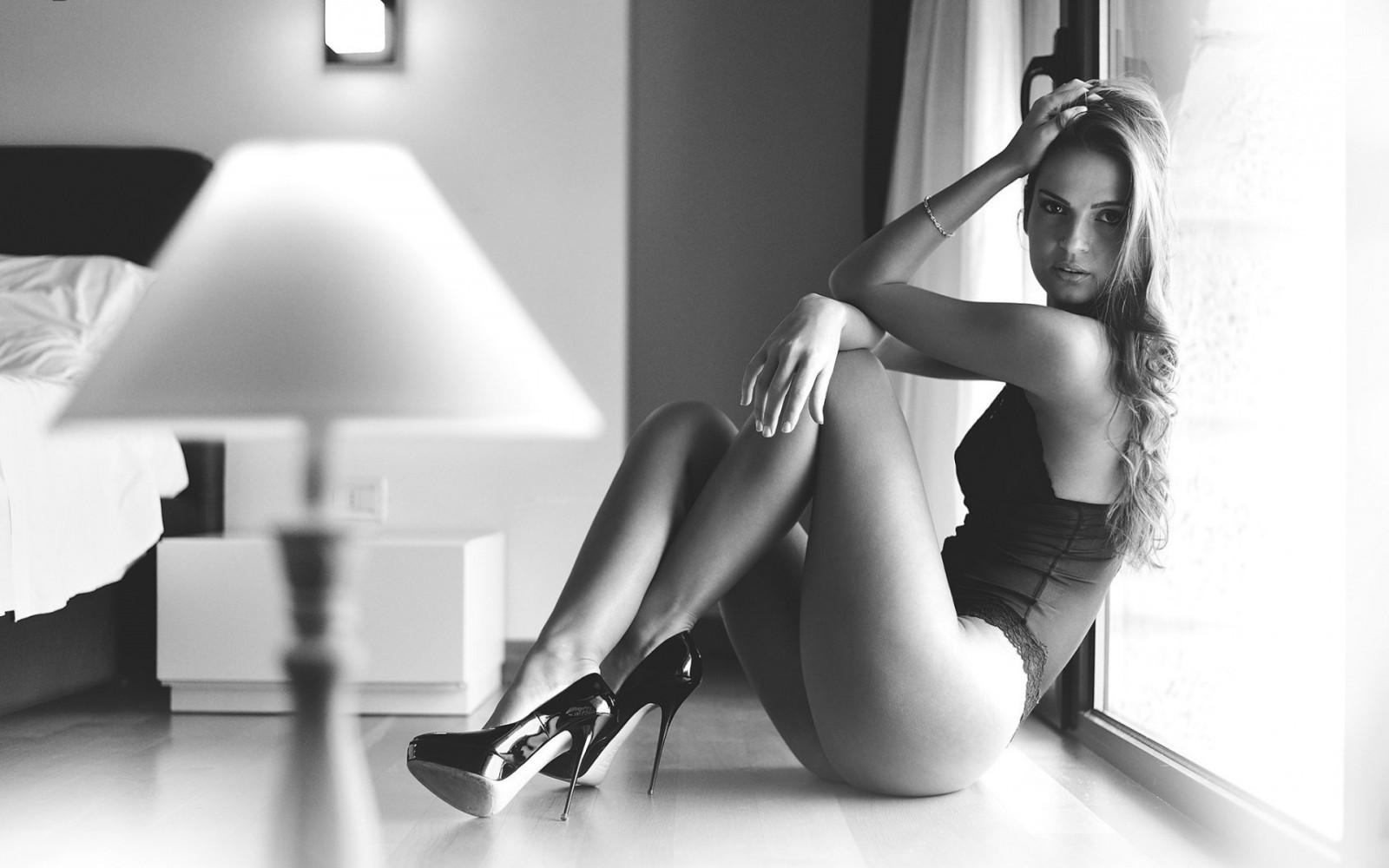 Раздвинутые ножки женские, волосатая голая болгарка