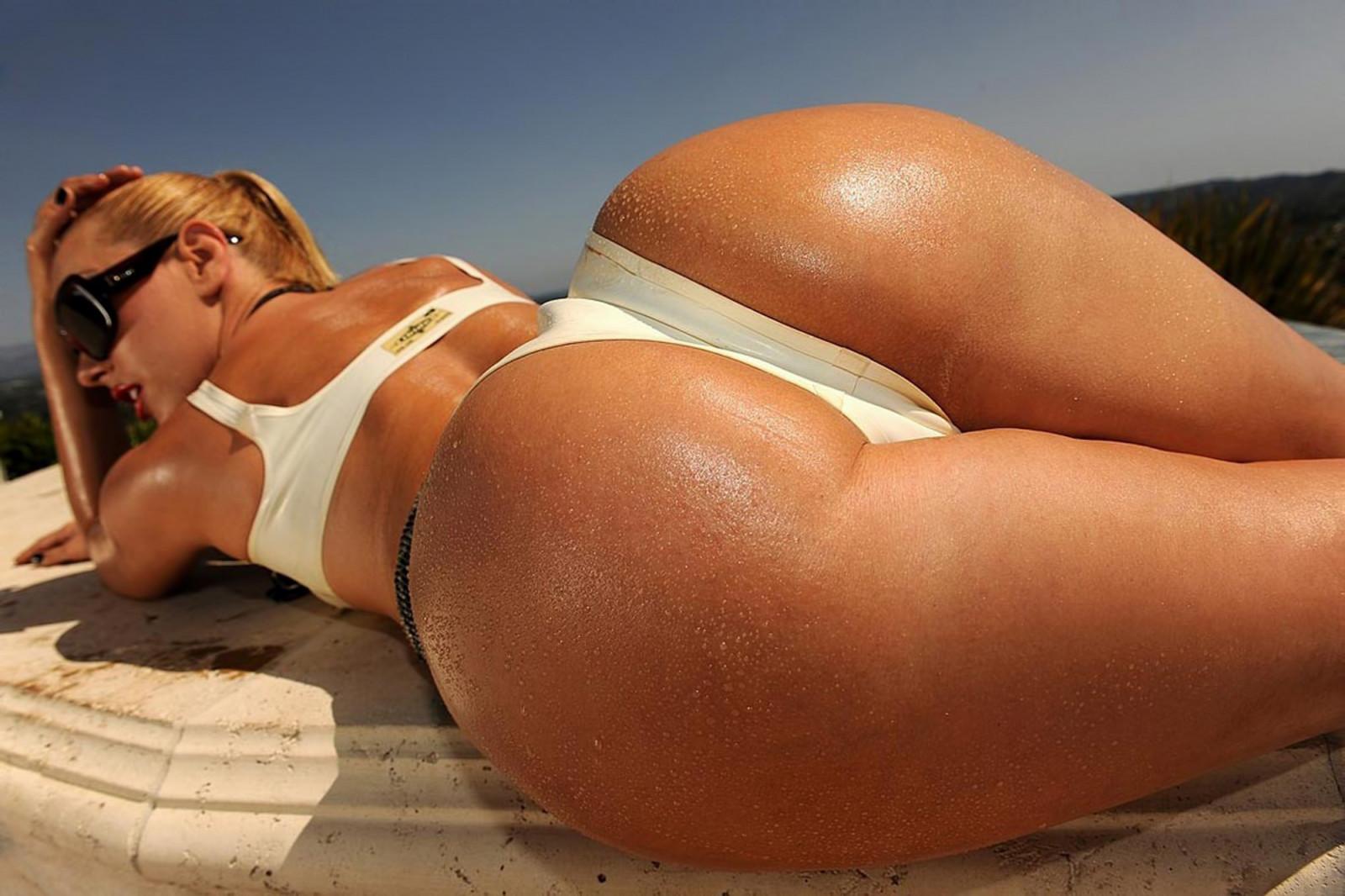 Самое огромное очко в бикини, фото блондинки у зеркала в отражении в нижнем белье