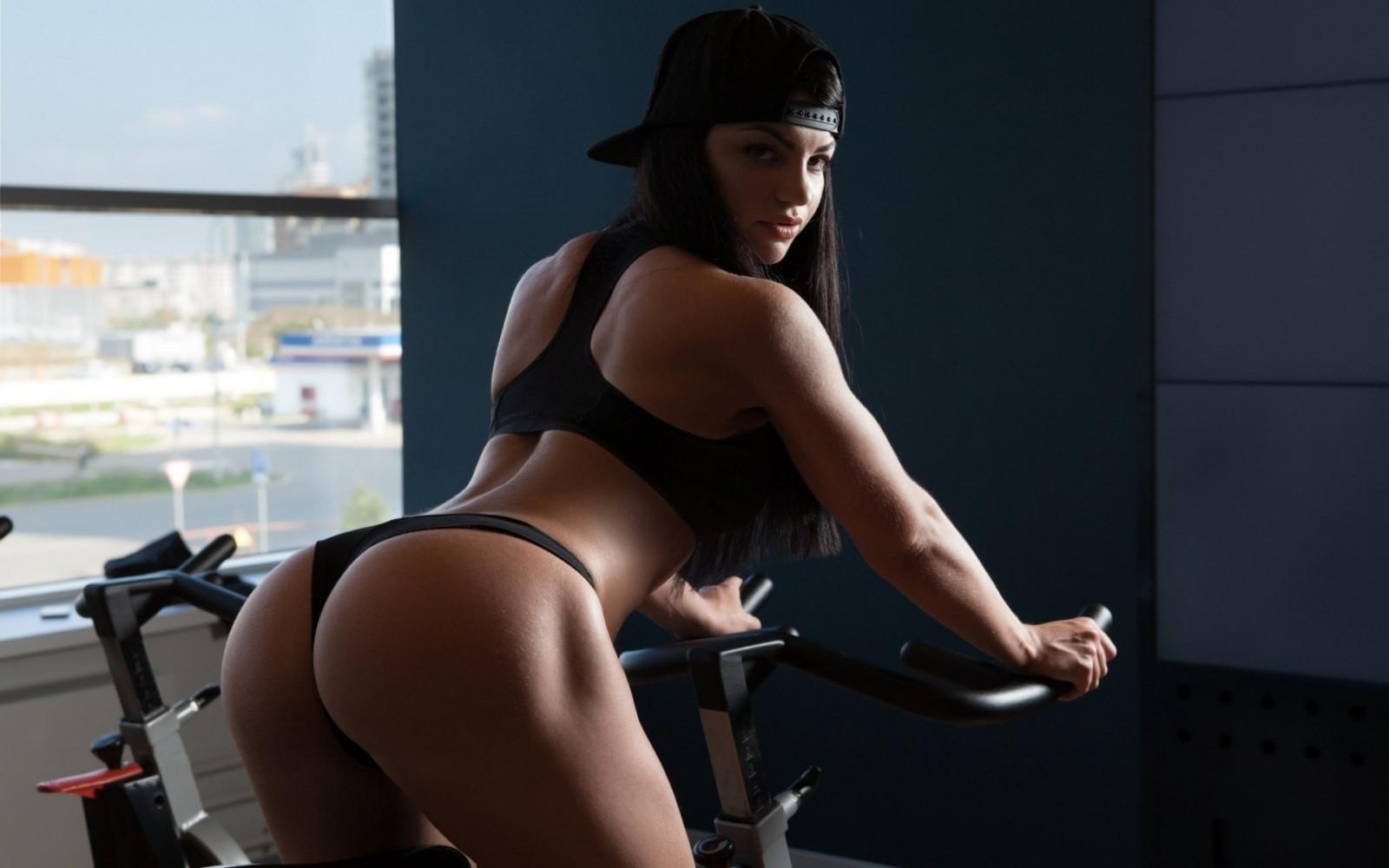 Фитнес модель с большими сиськами