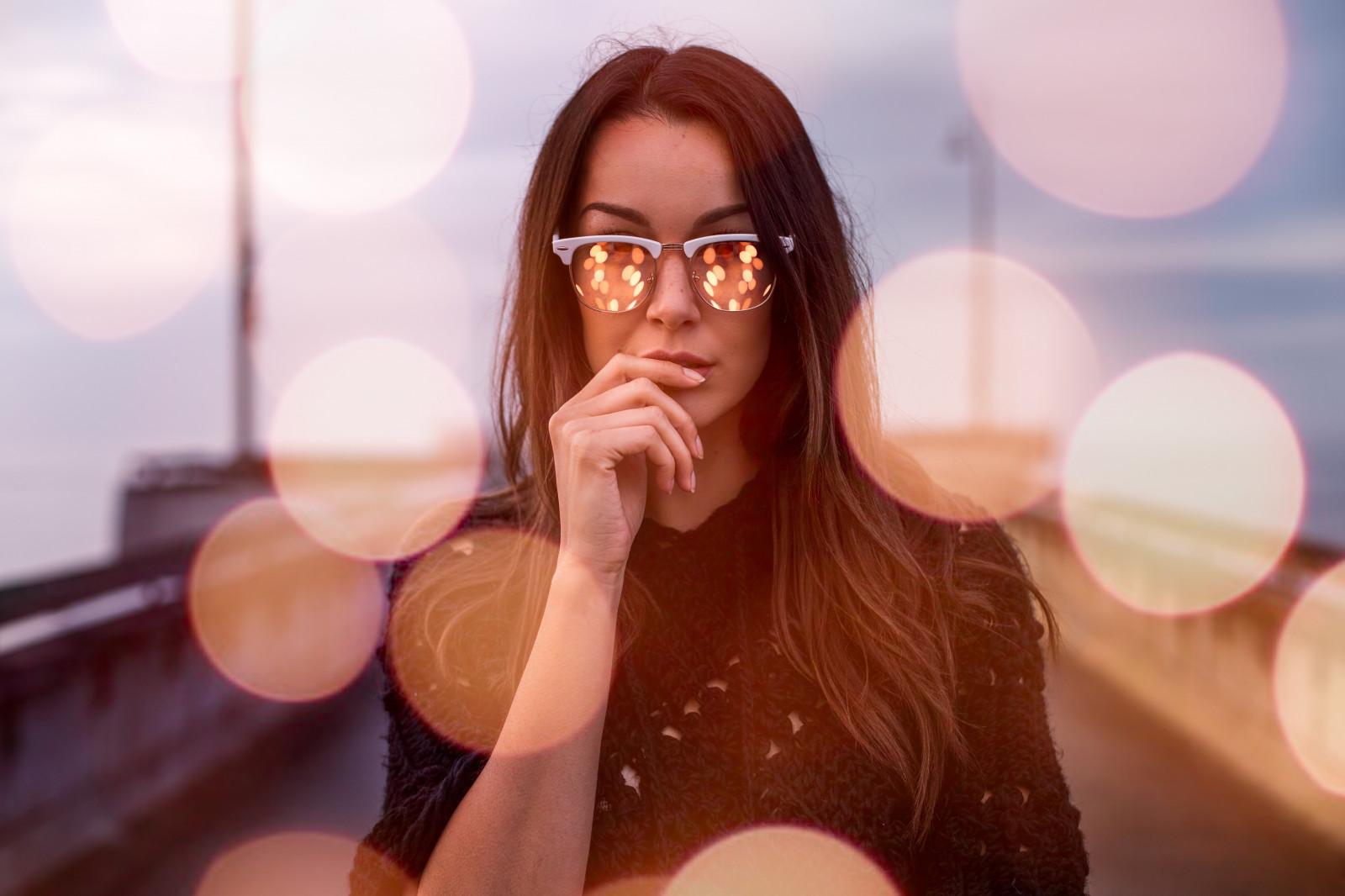 Девушка позирует в очках видео онлайн