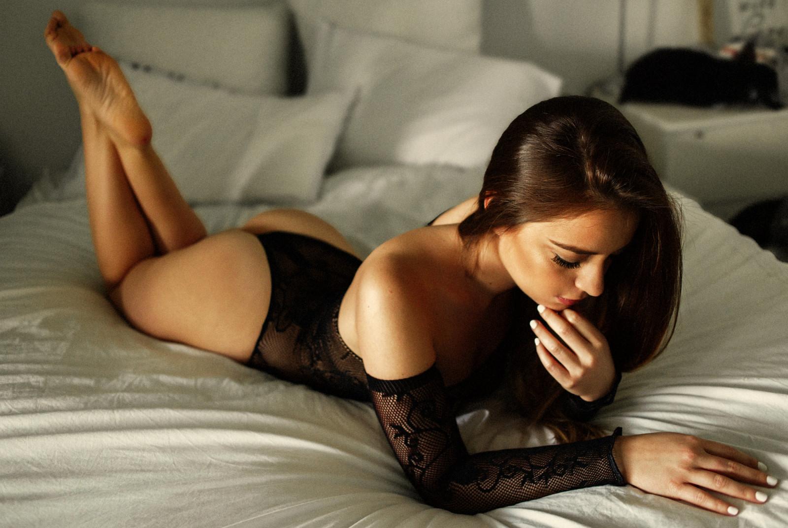Фото девушек брюнеток в постели по домашнему, Голые жены в постели (34 фото) Частное 3 фотография