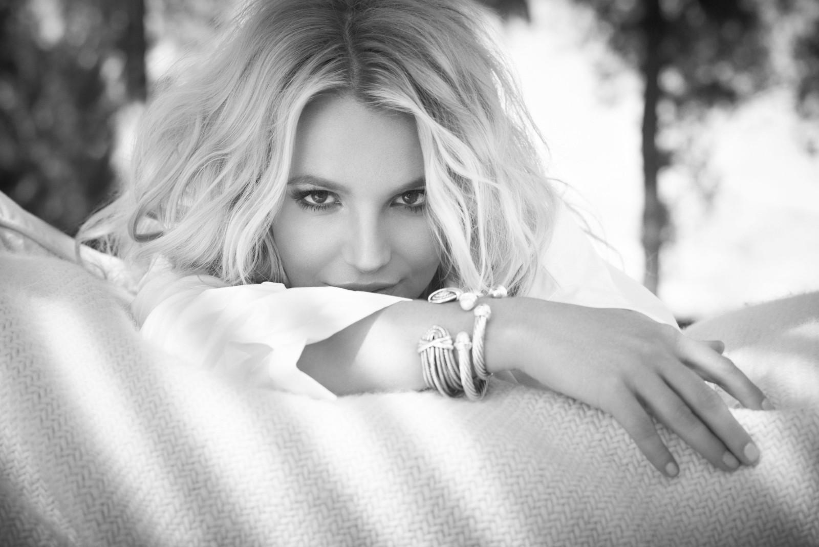 Черное белая картинка девушки блондинки лежа