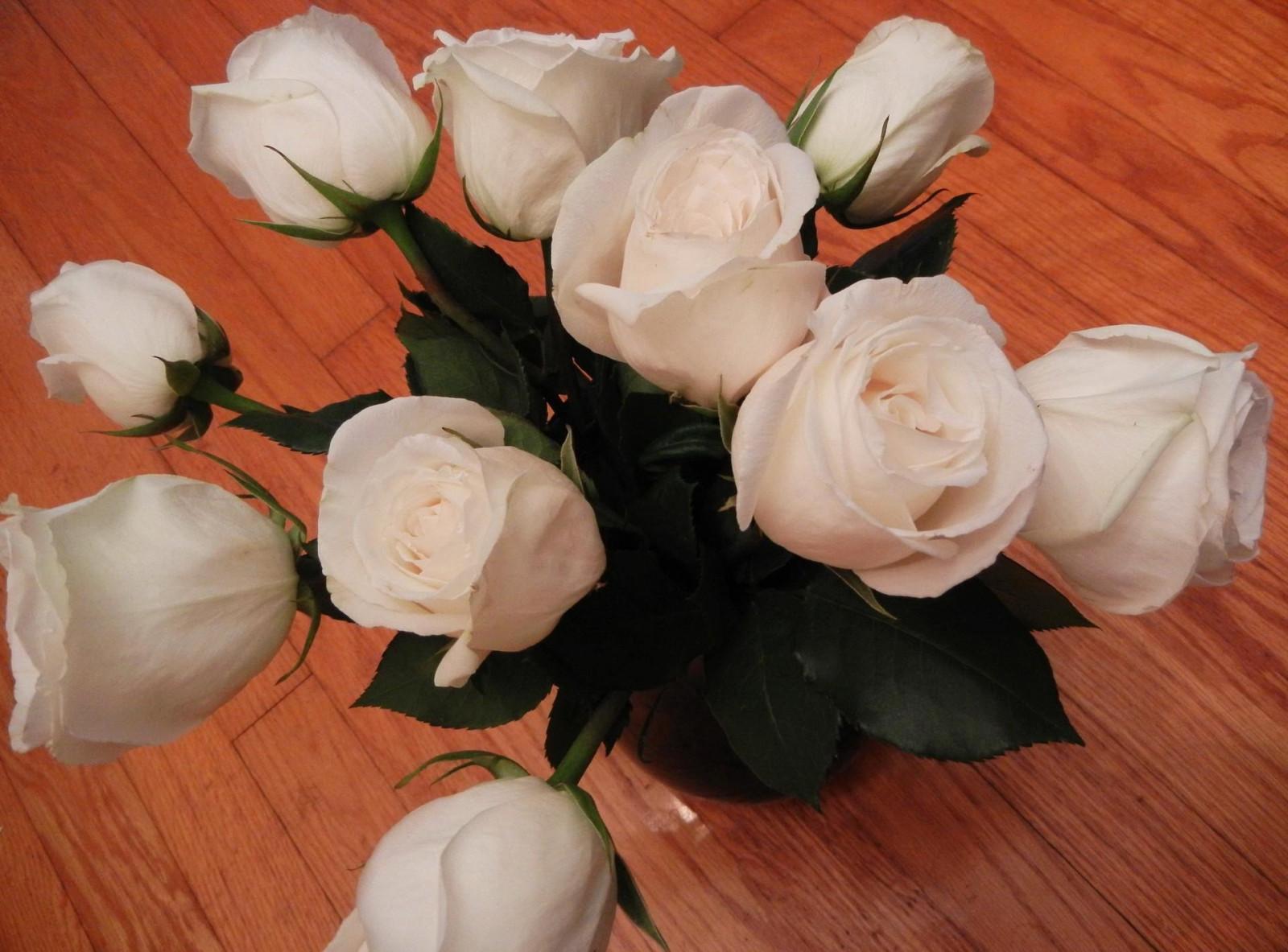 Букет роз на столе в вазе, осенние букеты