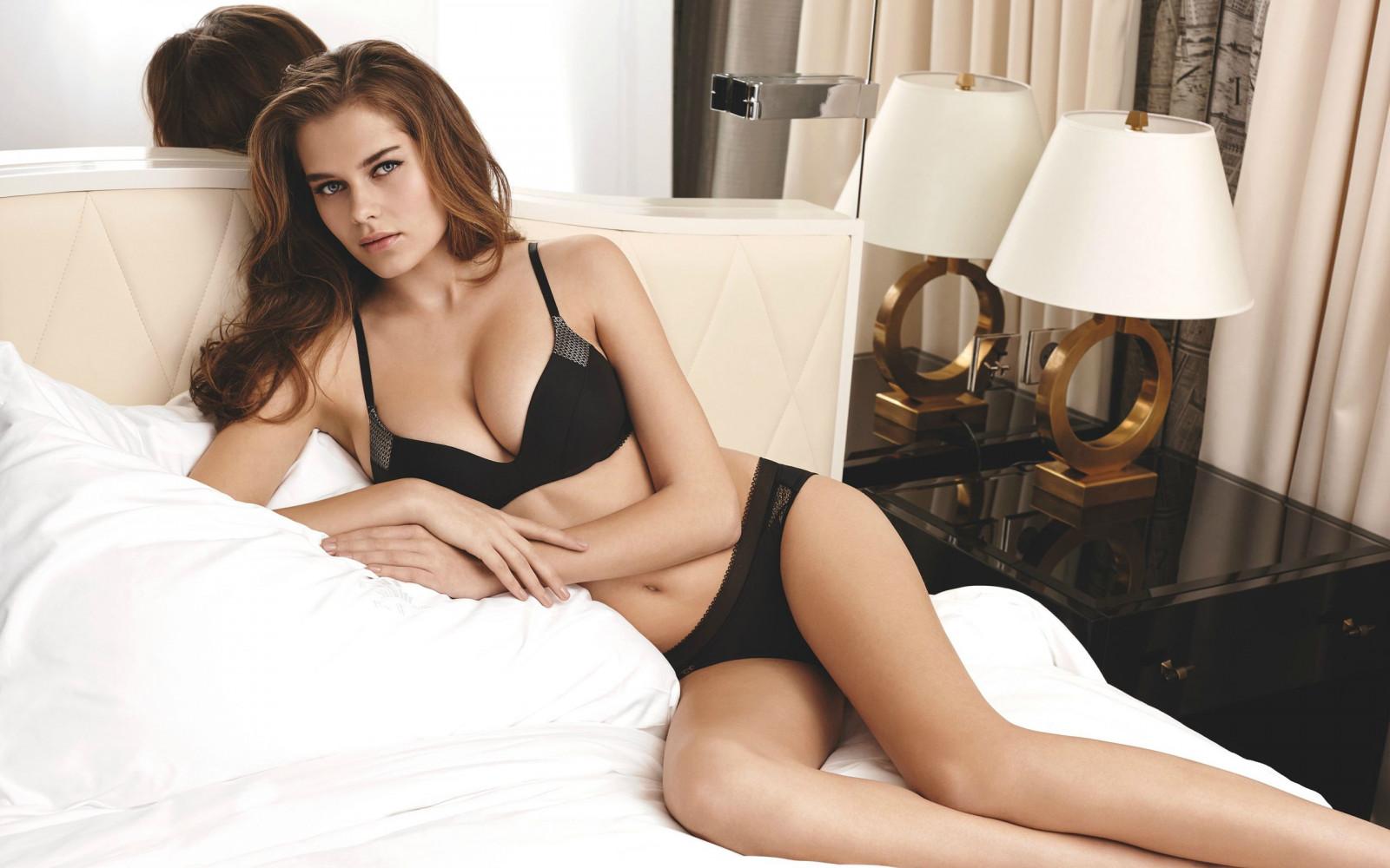 Sfondi donne modello capelli lunghi brunetta a letto capelli neri sfaldamento reggiseno - Foto di donne sul letto ...