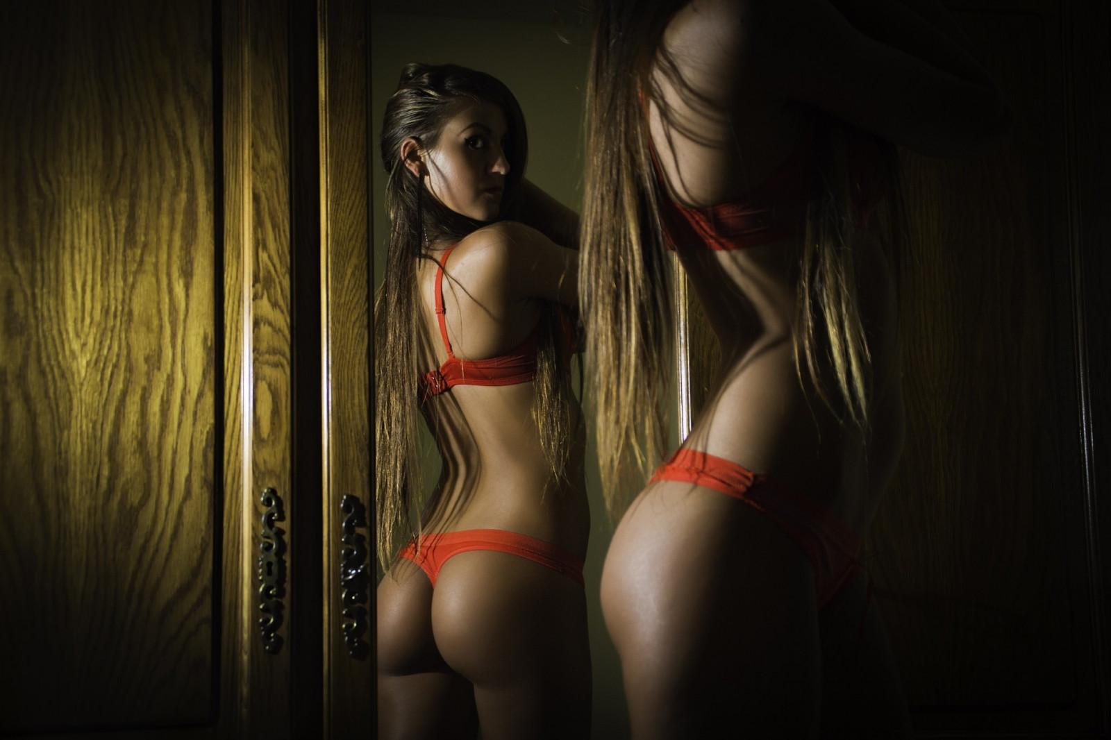 телка танцует красиво перед зеркалом махнула
