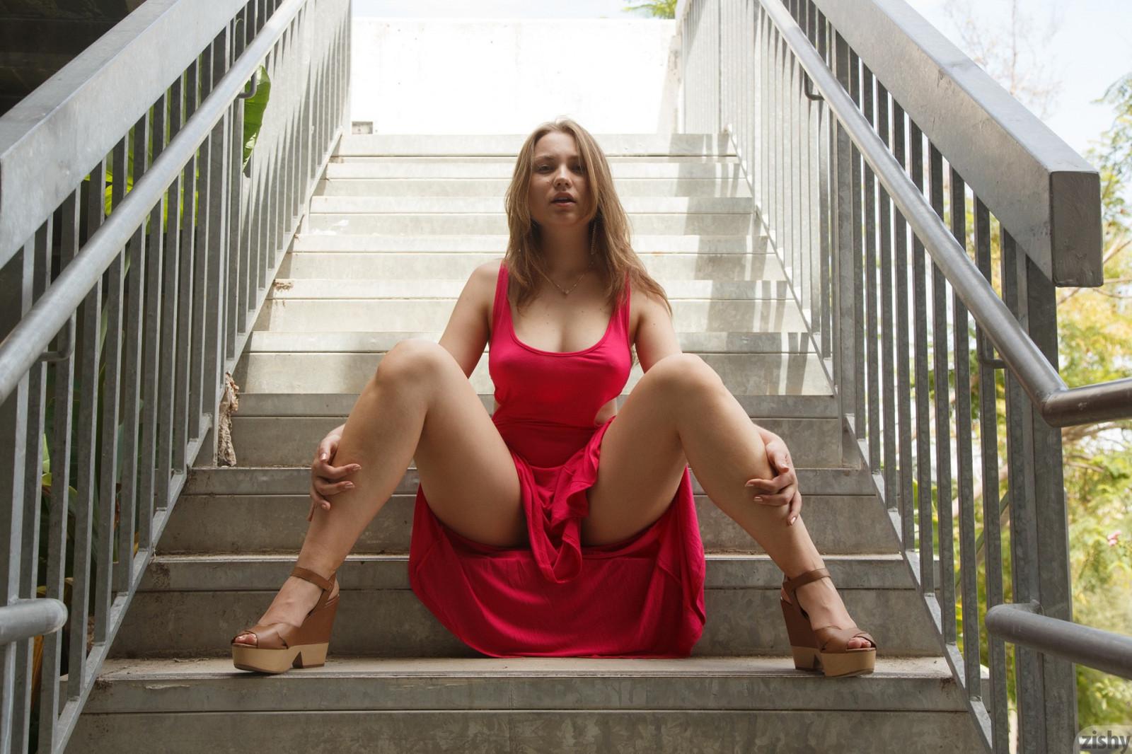 Женщина голая сидит раздвинув ноги, фото брюнеток лесбиянок домашнее