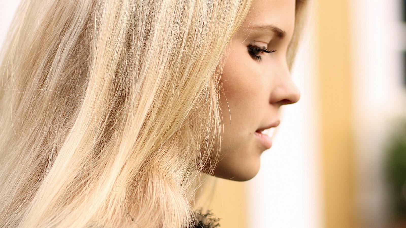 dlouhé vlasy doprovod blondýnka