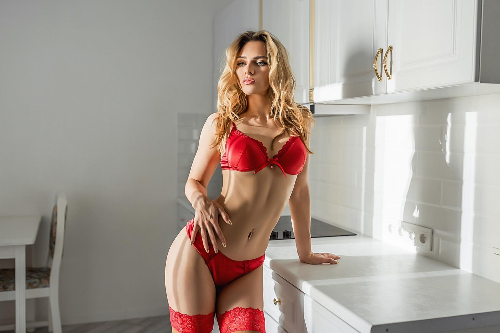 блондинки в красном нижнем белье - 4